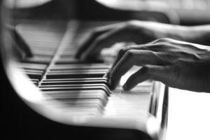 klavier haende 300x200 - Unterricht