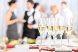Firmenfest mit Sektgläsern 300x200 - Angebote